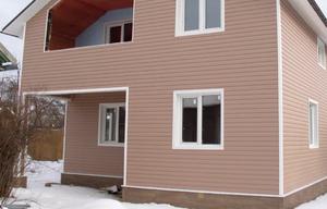Дом обшит виниловым сайдингом по фасаду