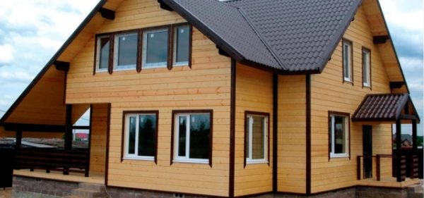 Дом обшит виниловым сайдингом с имитацией оцилиндрованного бруса